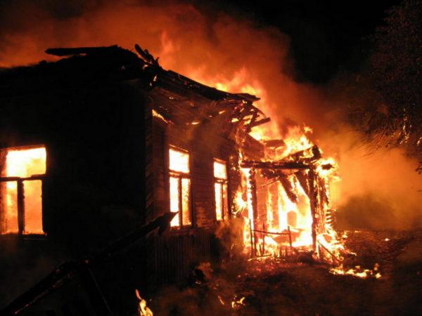 Дом сгорел, но хозяйку спасли