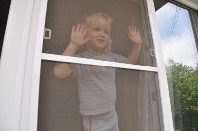 Москитные сетки опасны для детей
