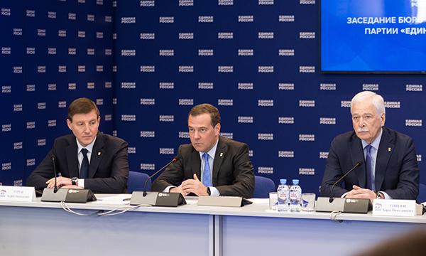 В связи с пандемией коронавируса Дмитрий Медведев поручил «Единой России» перейти в режим волонтерства