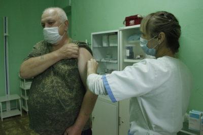 В Мантурове начали прививать от гриппа