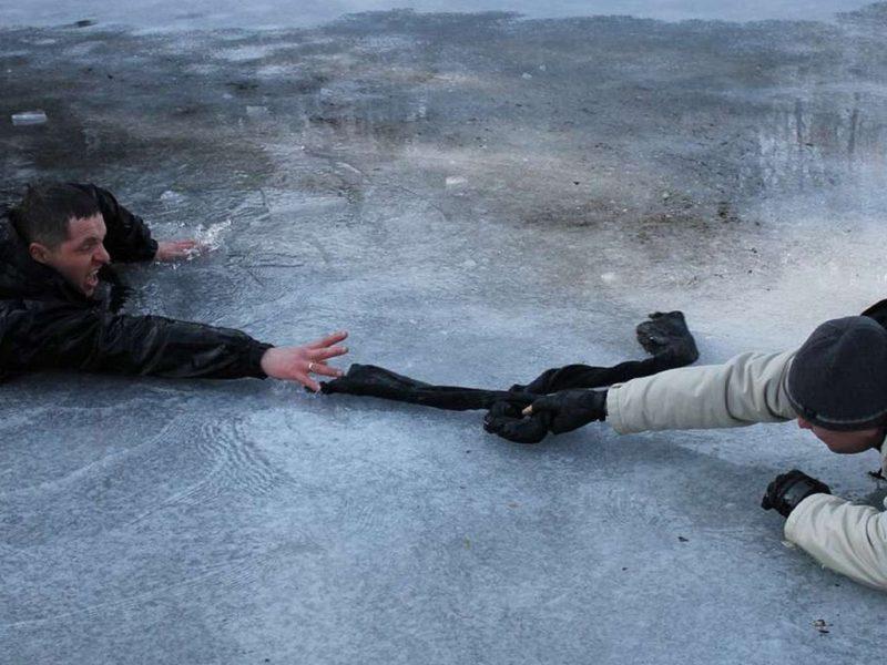 Спасатели предупреждают: выход на первый неокрепший лёд смертельно опасен!