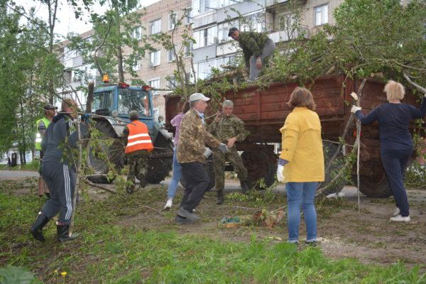 Инициатива партии: Активисты «Единой России» устраняют последствия урагана